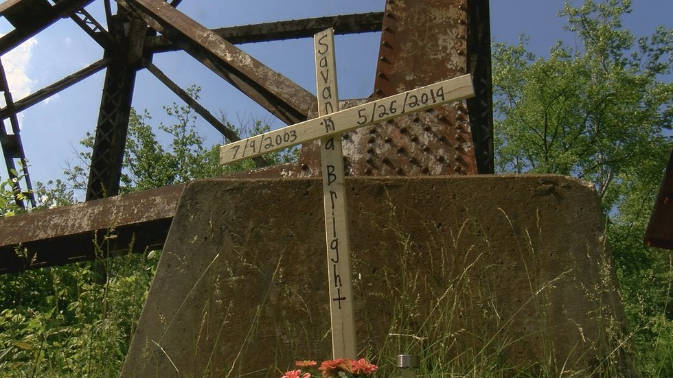 Friends left this cross to remember Savanna. (Source: WAVE 3 News)