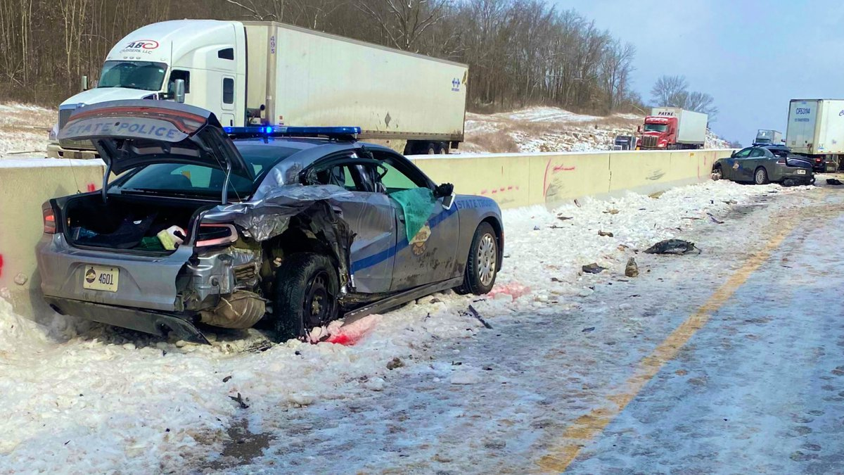 The post is reporting multiple accidents between the 58 and 71 mile markers in Hart Co.