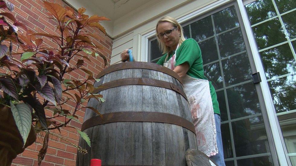 Lisa Kahl-Hillerich dies her jeans in a bourbon barrel.