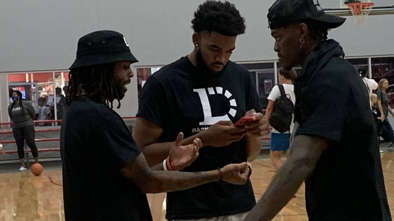 Karl Anthony-Towns and Jarrod Vanderbilt joke with D'Angelo Russell during his camp.